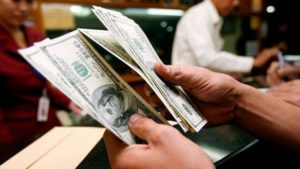 El dólar se disparó a $64 en algunos bancos y el blue llegó a $70