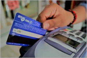 Con la inflación que le gana a los salarios, consumidores apelan cada vez más al crédito