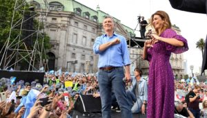 En un masivo acto de despedida, Macri pidió cuidar la Argentina «para que no la roben»