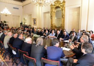 El presidente rubricó un acuerdo multisectorial con empresarios, sindicalistas y dirigentes sociales