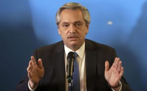 Fernández ya rubricó el decreto de aumento salarial para estatales