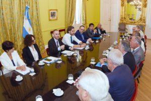 El Gobierno avanza en acuerdos con la UIA y la CGT