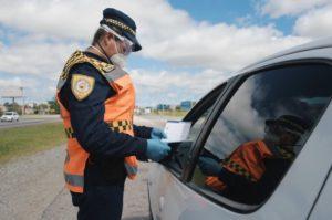 Controles policiales en rutas y zonas urbanas para hacer cumplir la cuarentena