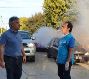 Llaryora supervisó los trabajos de fumigación en barrio Deán Funes