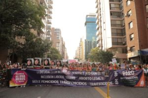 Una multitudinaria marcha de mujeres se pronunció en contra de la violencia machista y a favor del aborto legal