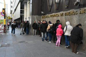 Por las largas filas en medio de la cuarentena, los bancos abrirán sábado y domingo