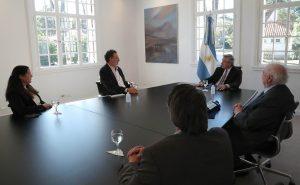 El Presidente se reunió con científicos que realizan la investigación del suero de caballos contra el coronavirus