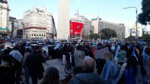 Banderazos y caravanas de protesta en el Obelisco y en algunos puntos del interior del país