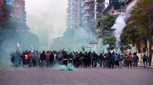 La gestión Llaryora condenó el accionar de grupos violentos de municipales en la protesta