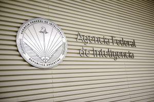 La AFI dispuso que los agentes que no realizan actividades de inteligencia utilicen sus nombres reales